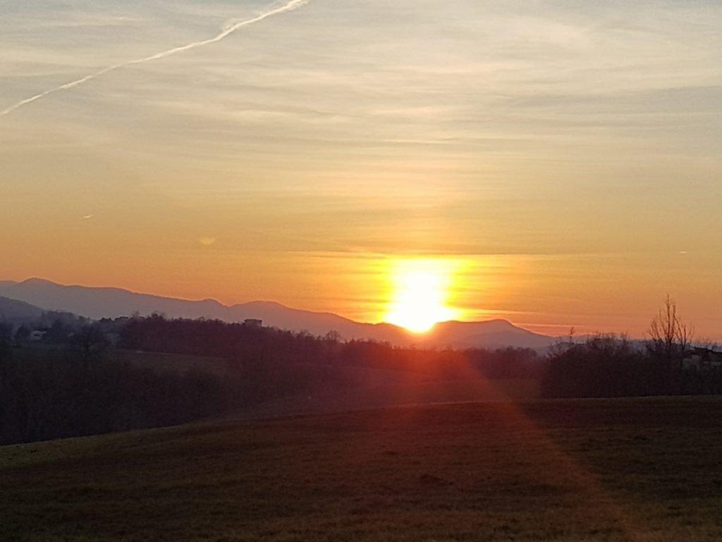 foto del tramonto dalle colline piacentine