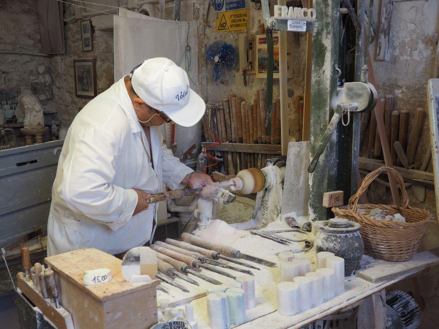 Itinerario in Toscana in camper - Artigiano a Volterra lavora l'alabastro