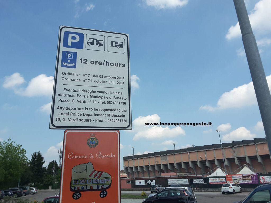 Parcheggio di fronte al campo sportivo solo sosta a Busseto (Pr)